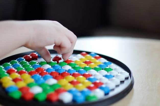 Kleines kind, das mit mosaik spielt