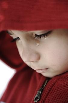 Kleines kind, das mit traurigem blick weint
