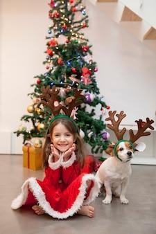Kleines kind glücklich mit ihrem neuen adoptierten hund an weihnachten