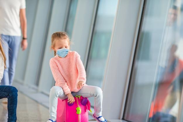 Kleines kind im flughafen wartet auf das einsteigen