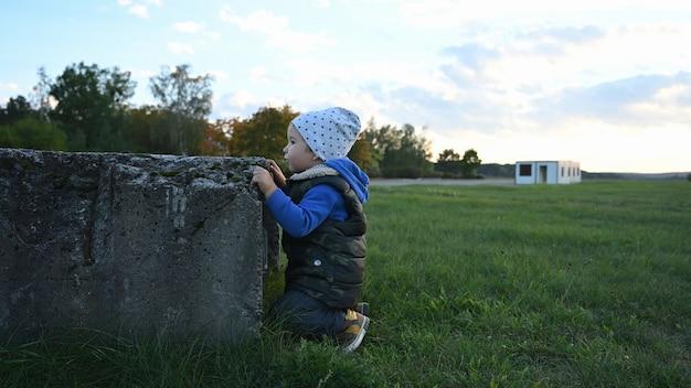 Kleines kind lernt ein hindernis zu besteigen.