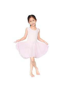 Kleines kind mädchen träumt davon, eine ballerina zu werden