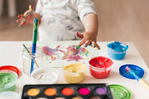 Kleines kind malt wie ein künstler