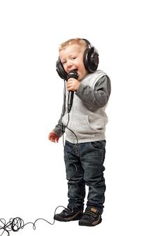 Kleines kind mit kopfhörer