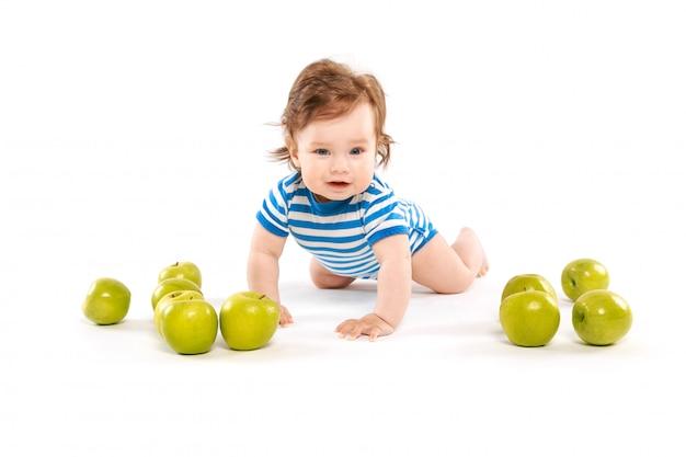 Kleines kind mit vielen äpfeln