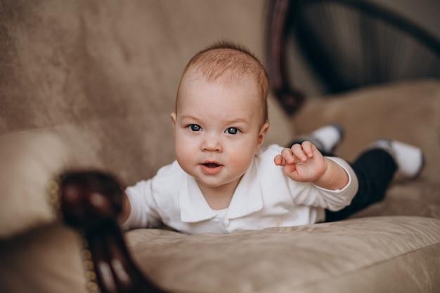 Kleines kind neugeborener junge