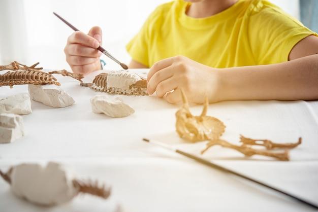 Kleines kind spielt als paläontologe, konzept der entdeckung und interesse an der wissenschaft