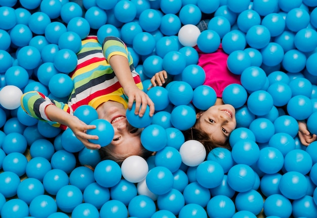 Kleines kind spielt