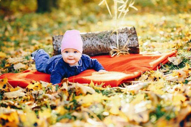 Kleines kleinkind in einem park