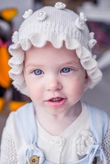 Kleines kleinkind mit blauen augen. lustiges kind