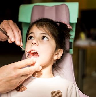 Kleines Mädchen bei der Zahnarztüberprüfung