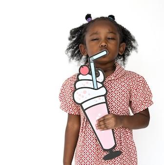 Kleines Mädchen, das Papercraft Künste Getränk-Studio-Porträt hält