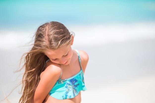 Kleines mädchen am strand während der karibischen ferien.