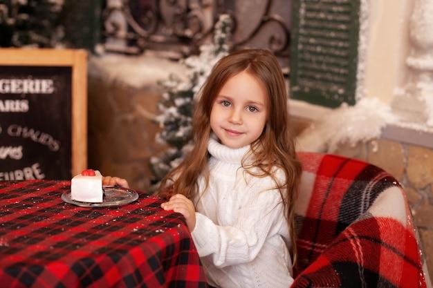 Kleines mädchen auf der terrasse des weihnachtscafés