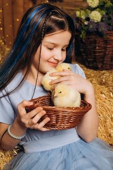 Kleines mädchen auf einem bauernhof mit hühnern