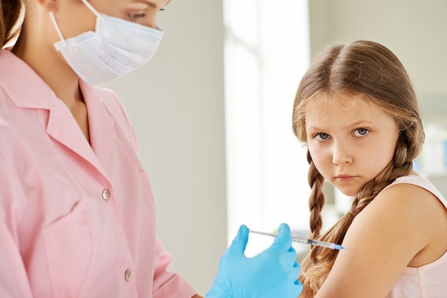 Kleines mädchen braucht impfstoff erhalten