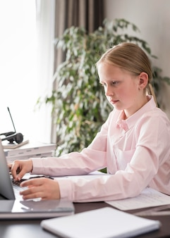 Kleines mädchen, das am online-unterricht teilnimmt