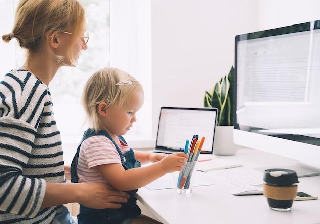 Kleines mädchen, das am schreibtisch lernt und zeichnet online-lernen für kinder