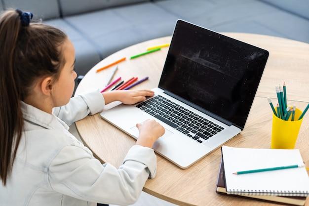 Kleines mädchen, das an coronavirus der online-e-learning-plattformklasse teilnimmt
