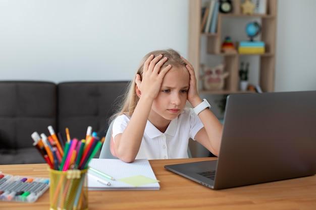 Kleines mädchen, das an online-kursen teilnimmt
