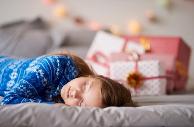 Kleines mädchen, das auf weihnachtsgeschenk wartet