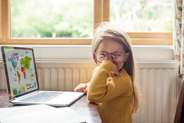 Kleines mädchen, das digital-laptop e-learning-konzept verwendet
