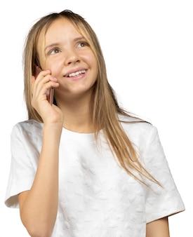 Kleines mädchen, das ein intelligentes telefon auf weiß hält
