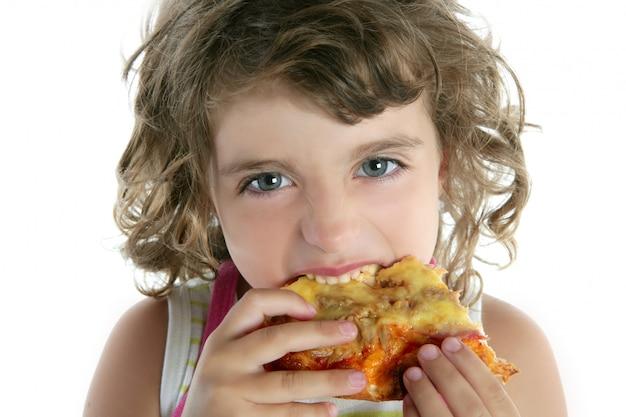 Kleines mädchen, das hungriges pizzennahaufnahmeporträt isst