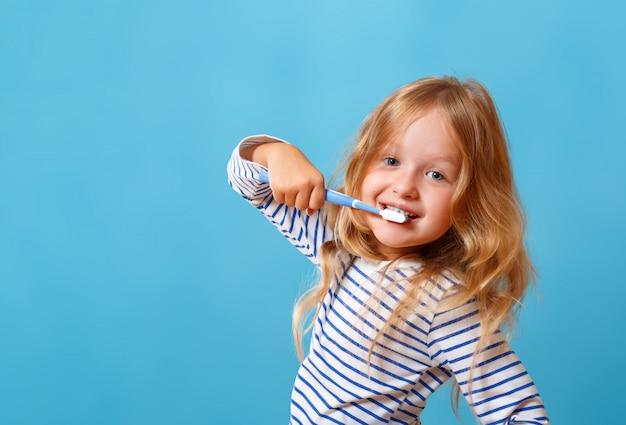 Kleines mädchen, das ihre zähne putzt.