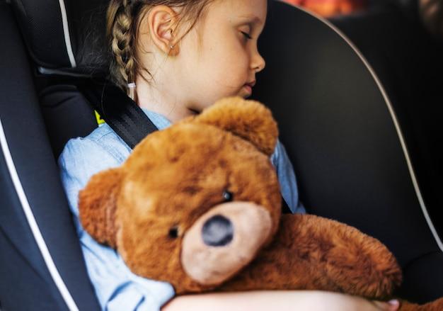 Kleines mädchen, das im auto schläft