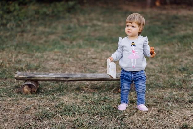 Kleines mädchen, das im park spielt