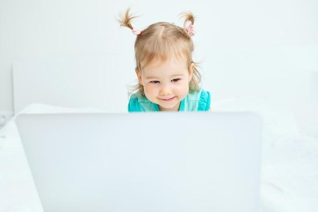 Kleines mädchen, das laptop betrachtet