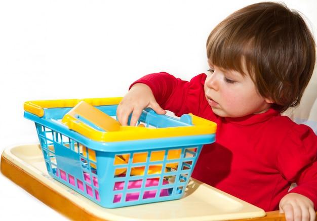 Kleines mädchen, das mit farbigen spielwaren spielt