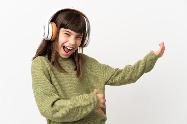 Kleines mädchen, das musik mit einem isolierten handy hört