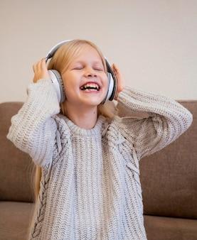 Kleines mädchen, das musikkonzept hört