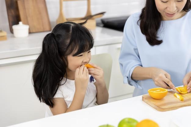 Kleines mädchen, das orangen isst