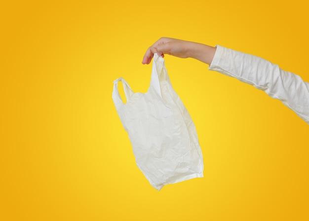 Kleines mädchen, das plastiktüte hält