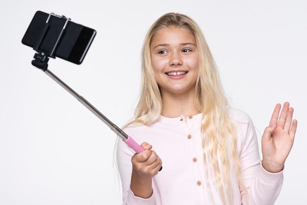 Kleines mädchen, das selfies von sich nimmt
