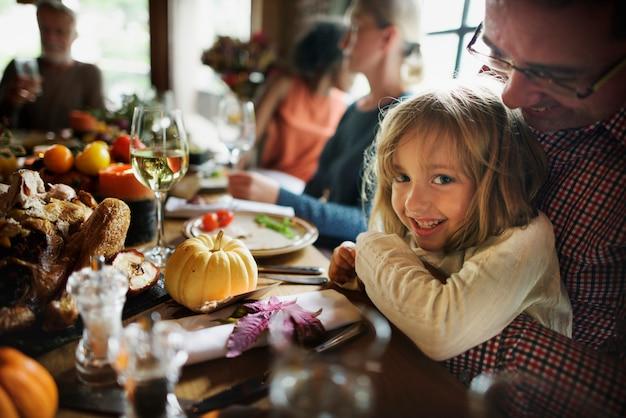 Kleines mädchen, das vater thanksgiving celebration concept umarmt