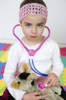 Kleines mädchen, das vortäuscht, doktor, stethoskop zu sein