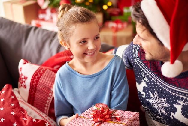 Kleines mädchen, das weihnachten mit papa verbringt