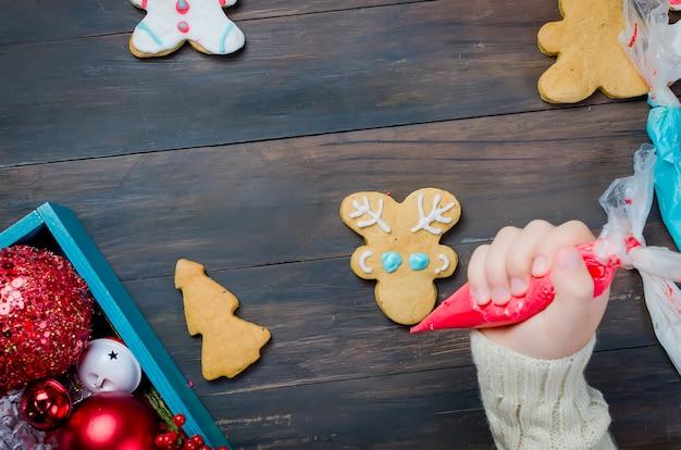 Kleines mädchen, das weihnachtsplätzchen macht