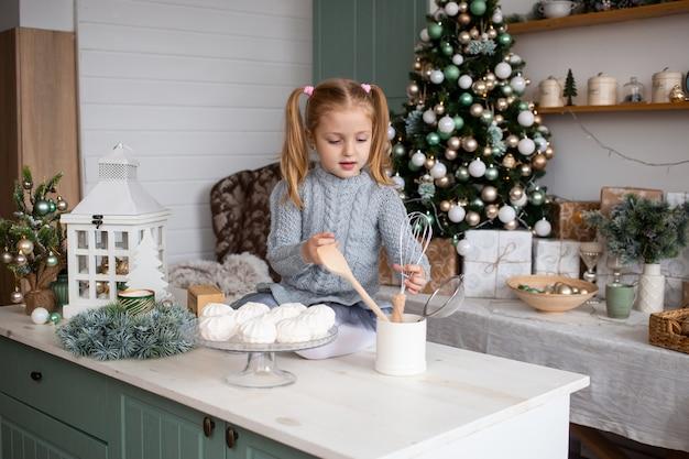 Kleines mädchen, das zu hause weihnachtslebensmittel zubereitet
