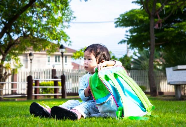 Kleines mädchen, das zu seinem ersten tag des kindergartens nach hause verlässt