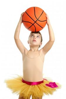 Kleines mädchen der ballerina mit basketballball