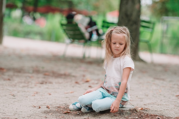 Kleines mädchen der entzückenden mode draußen in den tuileries-gärten, paris
