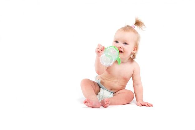 Kleines mädchen der netten schönheit mit babyflasche