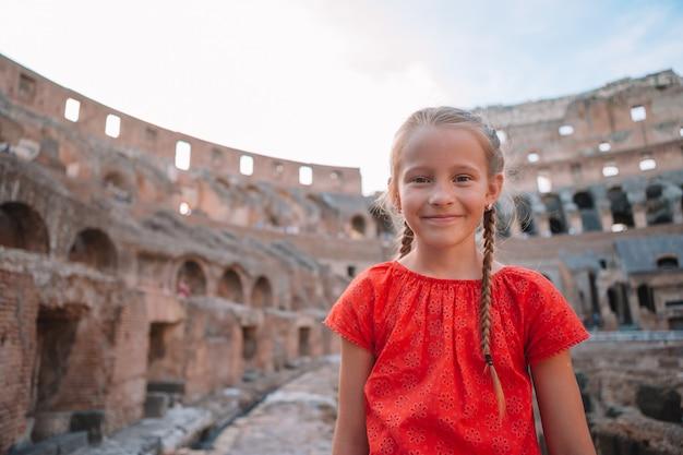 Kleines mädchen draußen im kolosseum, rom, italien.
