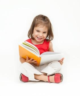 Kleines mädchen, ein buch zu lesen