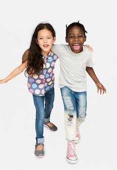 Kleines mädchen-freundschafts-lächeln glücklich zusammen studio portriat